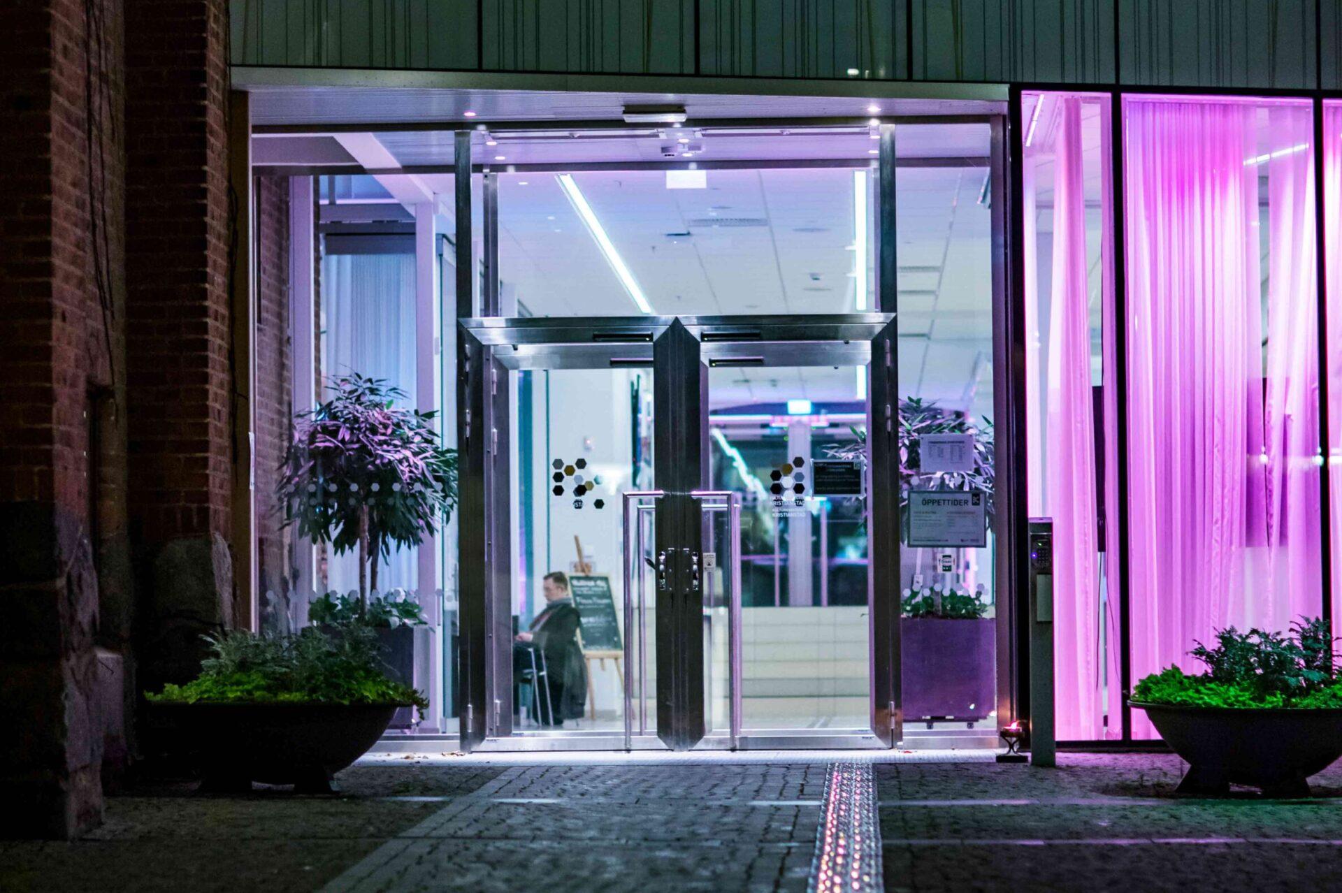 Kulturkvarterets entré med lila belysning