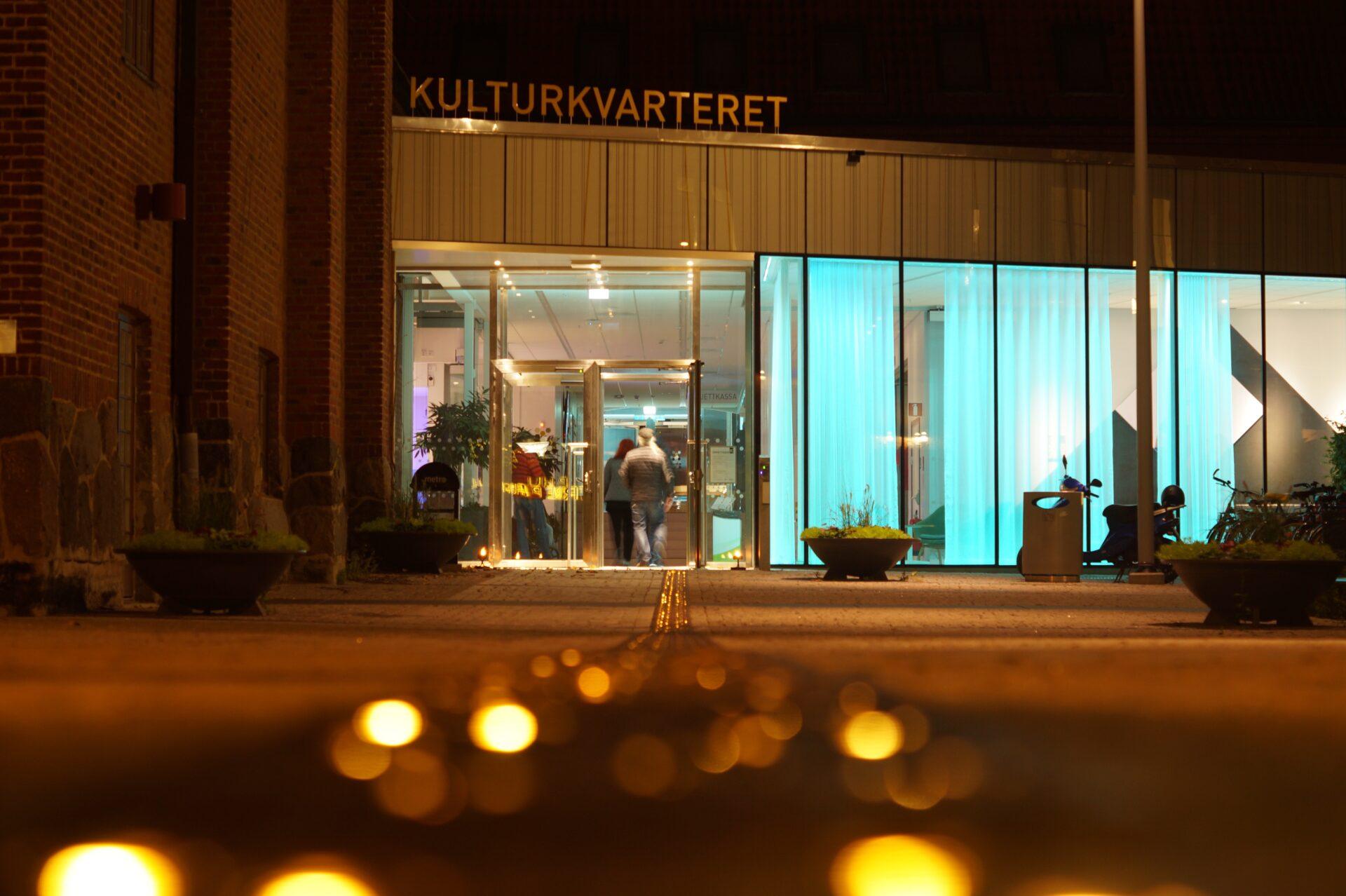 Ingång till Kulturkvarteret nattetid.